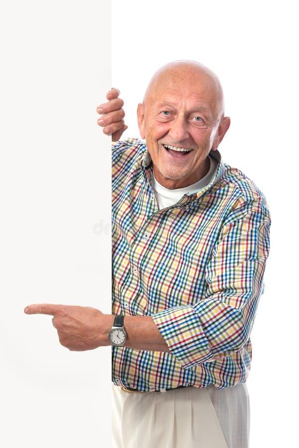 L'homme supérieur de sourire heureux retient un panneau blanc photo libre de droits