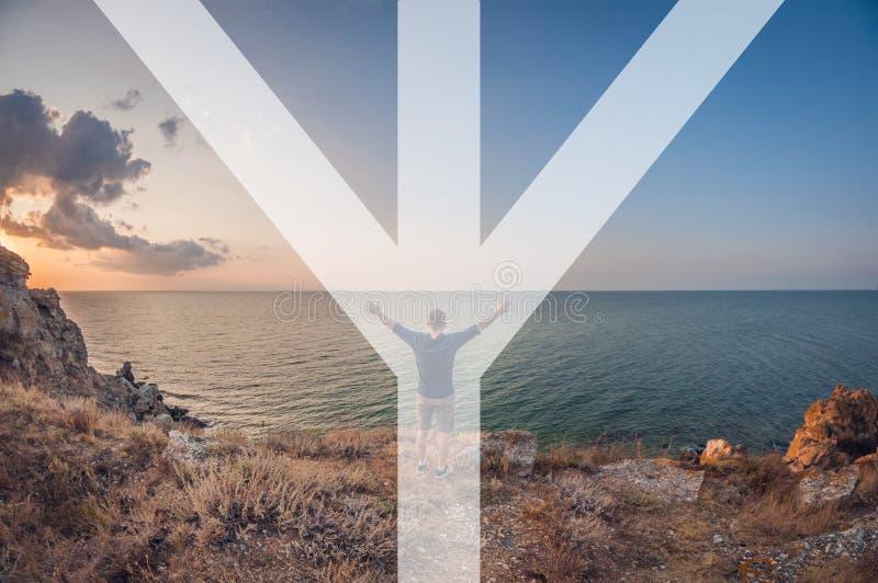 L'homme symbolise la rune du mannaz, l'homme se repose sur la plage, vue de la première personne, déformation d'oeil de poissons image libre de droits