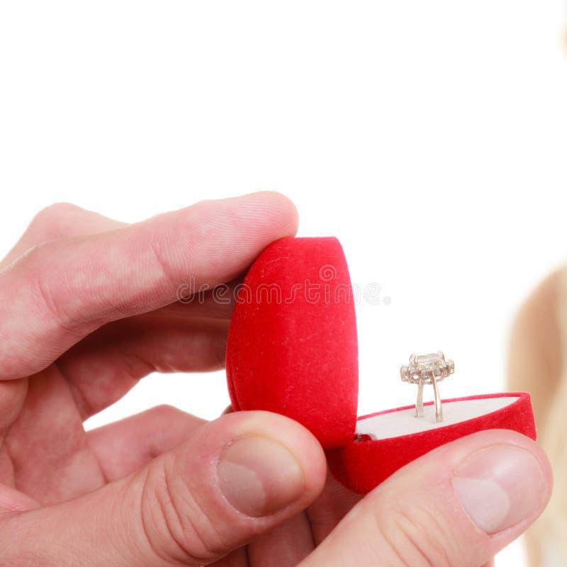 L'homme tenant la boîte avec la fabrication d'anneau proposent images libres de droits