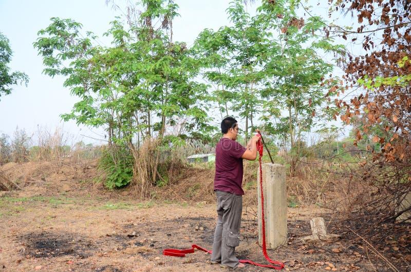 L'homme thaïlandais préparent des points de pétards dans le festival de Qingming image libre de droits