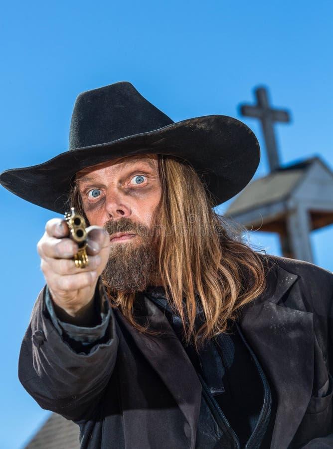 L'homme tient l'arme à feu photos libres de droits