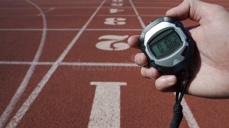L'homme tient le chronomètre avec du temps dix secondes, record mondial, victoire en concurrence photo stock