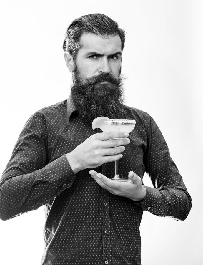 L'homme tient le verre, cocktail délicieux avec l'orange, margarita Concept élégant de barman Cocktail préparé par hippie barman photographie stock libre de droits