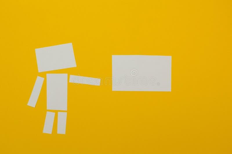 L'homme tient une affiche de papier pour le label illustration libre de droits