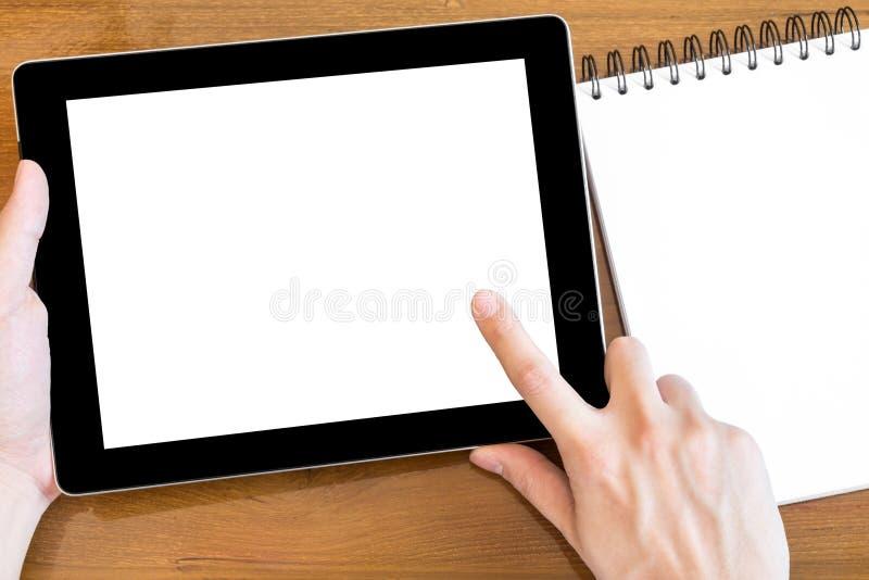 L'homme touche le comprimé avec l'écran blanc de maquette images stock