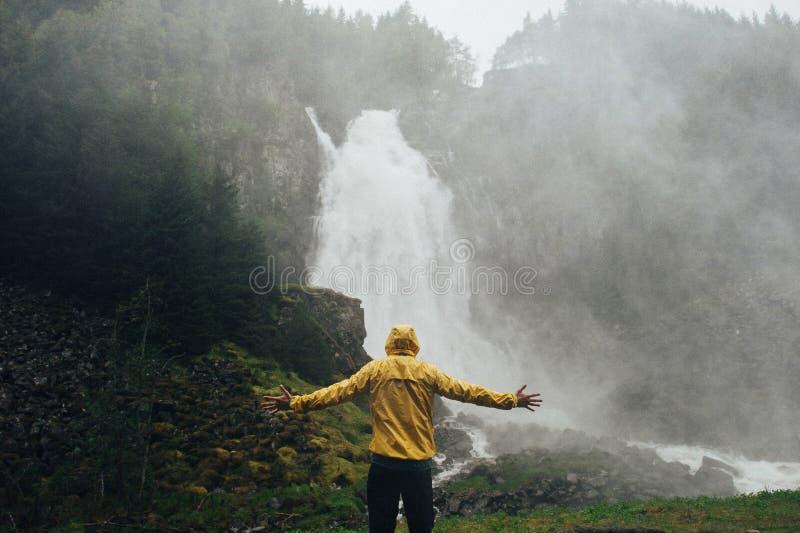 L'homme trimardant aux montagnes aménagent l'annonce en parc d'envie de voyager de mode de vie de voyage photo libre de droits