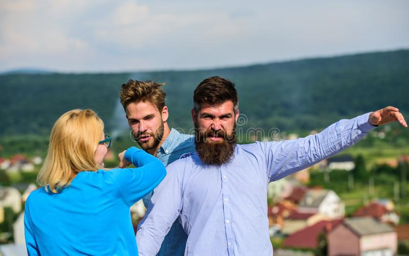 L'homme a trouvé l'amie le tricher avec le macho barbu Concept jaloux et de violence Amant agressif d'attaques d'homme à lui photos stock