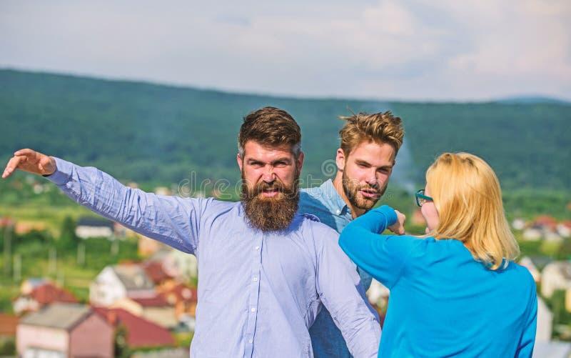 L'homme a trouvé l'amie le tricher avec le macho barbu Concept jaloux et de violence Amant agressif d'attaques d'homme à lui photos libres de droits