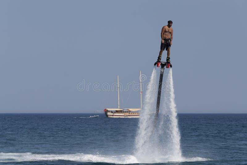 L'homme turc non identifié a plané au-dessus de l'eau photographie stock libre de droits