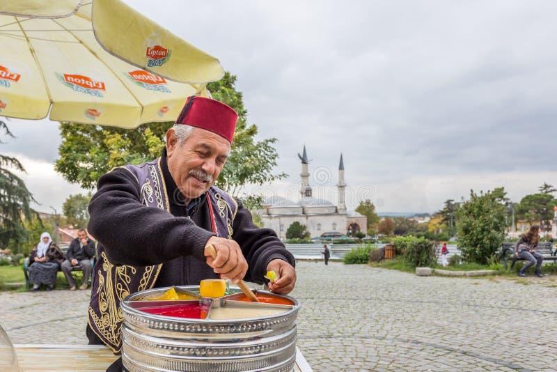 L'homme vend Ottoman Macun à Edirne, Turquie images libres de droits
