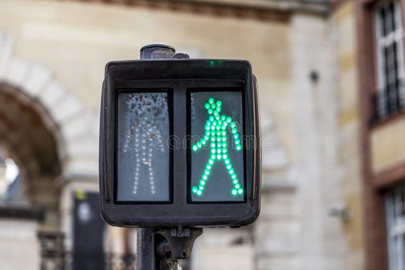 L'homme vert au feu de signalisation montre juste à la promenade photos libres de droits