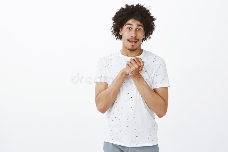 L'homme veut une certaine faveur, demandant avec le visage mignon le couvrent au travail Type hispanique touché de charme avec la images stock