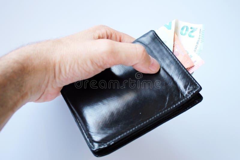 L'homme vole le portefeuille avec l'argent photographie stock