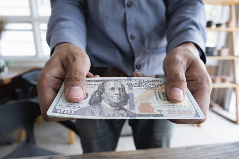 L'homme vous a remis des billets en dollars, de l'argent américain à la main, de l'argent dans les mains, du concept de revenus e illustration stock