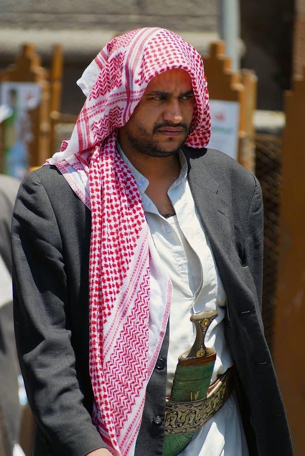 L'homme yéménite utilise le poignard de janbiya à une rue à Sanaa, Yémen photos stock