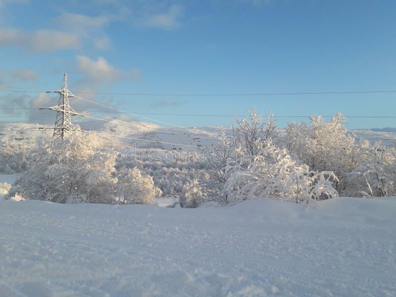 L'horaire d'hiver est loin dans le nord lointain, secteurs de Kola Peninsula photographie stock libre de droits