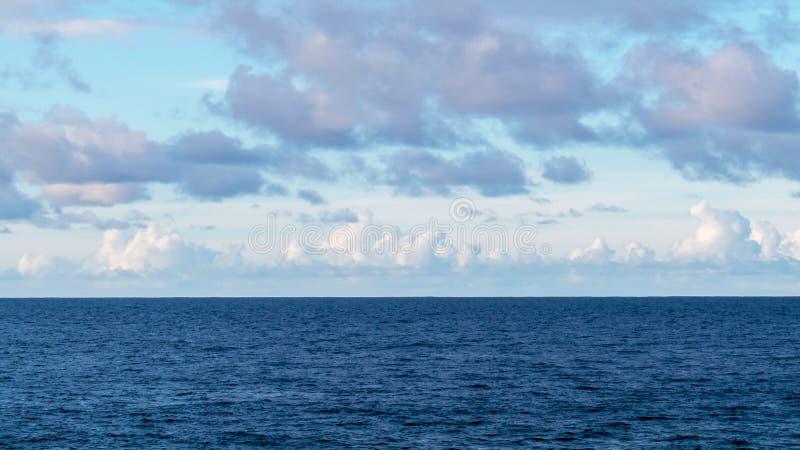 L'horizon avec des nuages au-dessus de l'Océan Atlantique photo stock