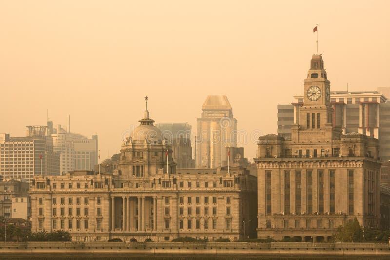L'horizon de Bund à travers le fleuve Huangpu de Pudong à Changhaï images stock