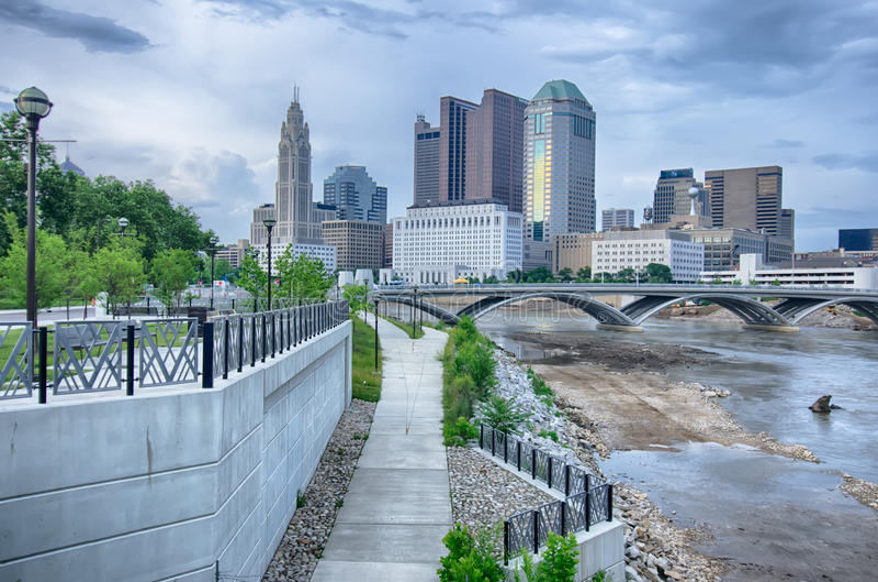 L'horizon de Columbus, Ohio s'est reflété en rivière de Scioto Columbus i photo libre de droits