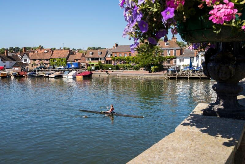 L'horizon de Henley On Thames In Oxfordshire R-U avec le rameur les déchirent dessus photographie stock