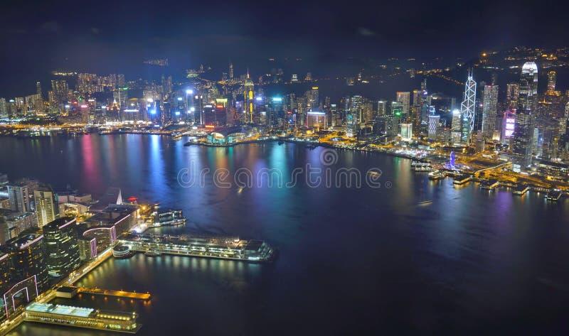 L'horizon de Hong Kong la nuit photographie stock libre de droits
