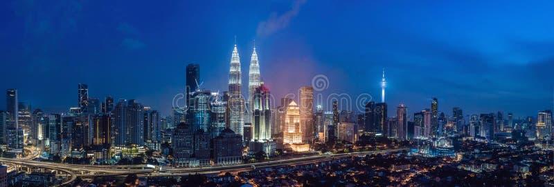 L'horizon de Kuala Lumpur la nuit, Malaisie, Kuala Lumpur est capitale de la Malaisie images stock