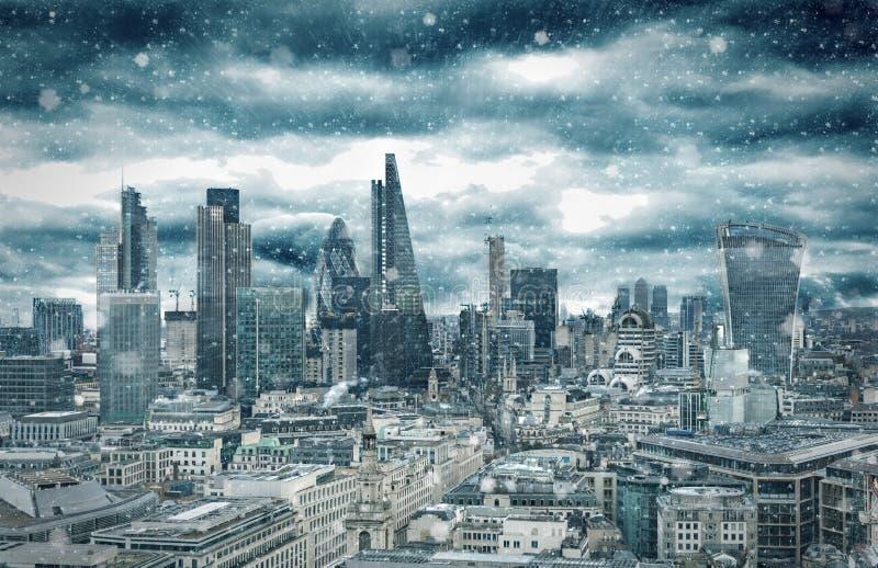L'horizon de la ville de Londres avec une tempête de neige de neige en hiver, Royaume-Uni photo stock