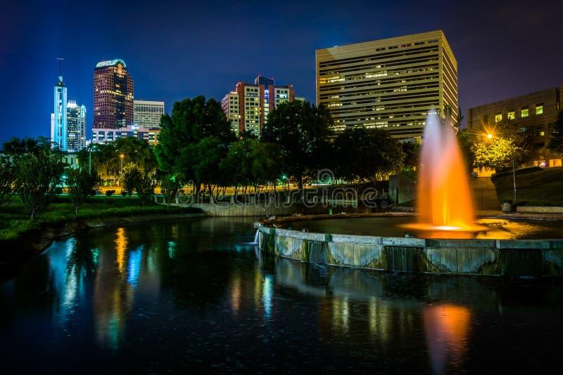 L'horizon de la ville haute et une fontaine chez Marshall Park la nuit, dedans photographie stock