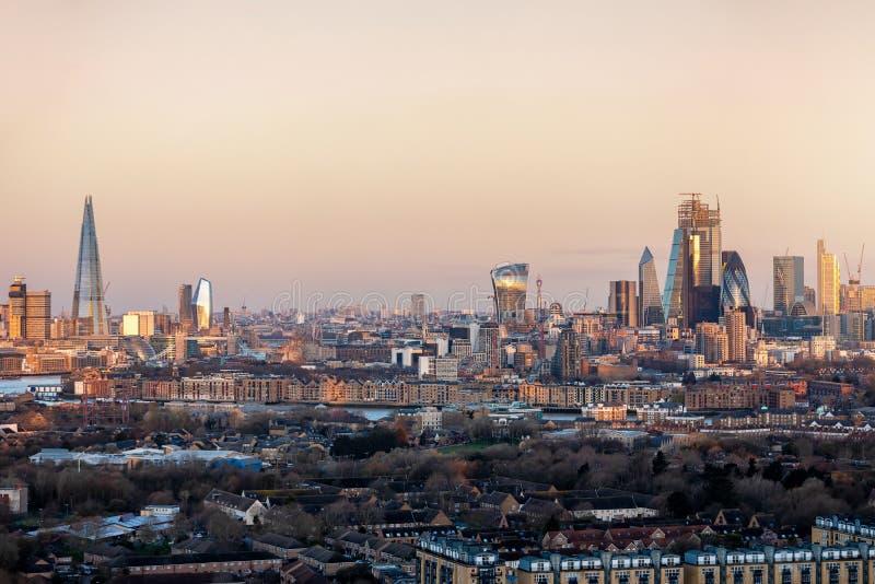 L'horizon de Londres, R-U, pendant le lever de soleil photo stock