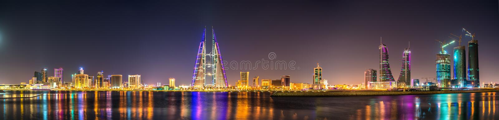 L'horizon de Manama a dominé par la construction de World Trade Center bahrain photographie stock