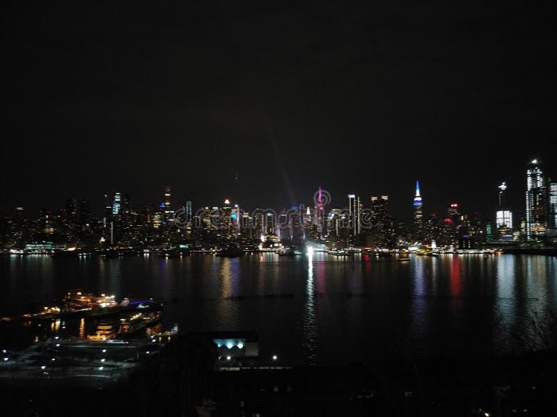 l'horizon de nyc la nuit de weehawken le New Jersey images stock