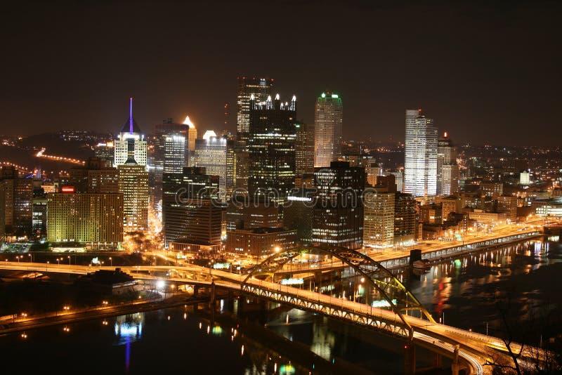 L'horizon de Pittsburgh la nuit photographie stock libre de droits