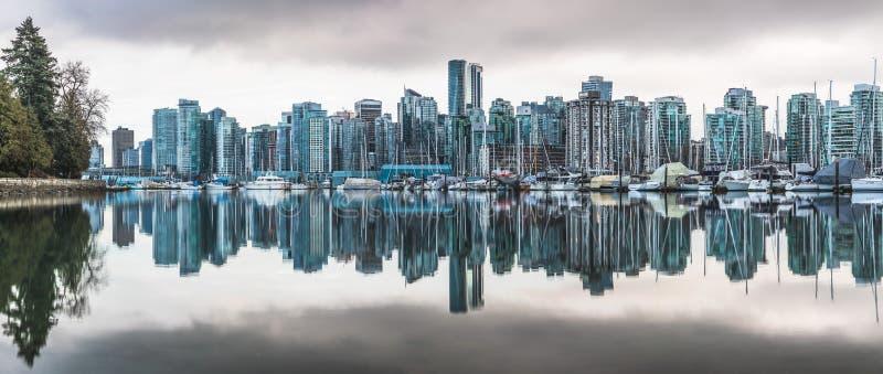L'horizon de Vancouver s'est reflété dans la marina près de Stanley Park image stock