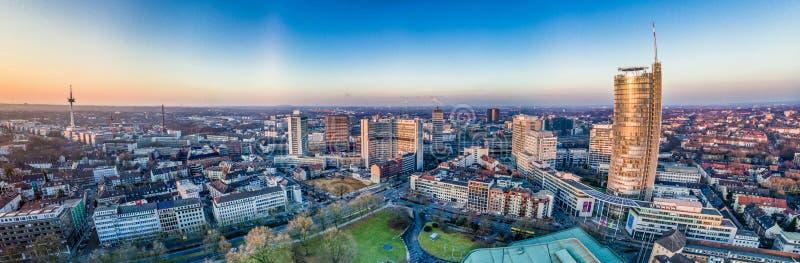 L'horizon de ville d'Essen sous le coucher du soleil images libres de droits
