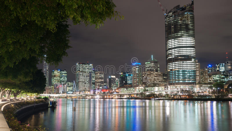 L'horizon de ville de Brisbane s'allume à travers la rivière la nuit de Ba du sud image libre de droits