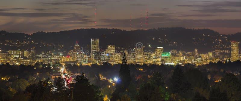 L'horizon de ville de Portland s'allume la nuit photos libres de droits