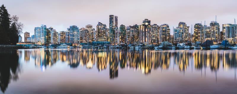 L'horizon et la marina de Vancouver se sont reflétés au crépuscule photographie stock