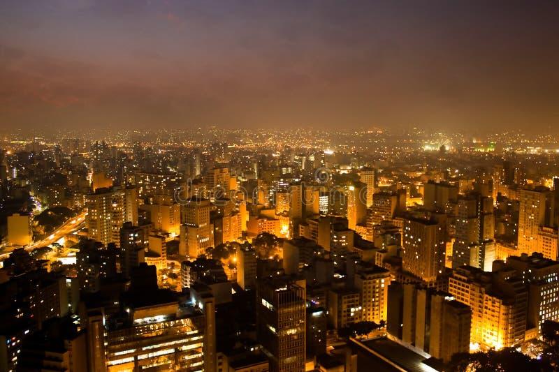 L'horizon lumineux de la ville ville du ` s de Sao Paulo, Brésil la plus grande, pendant la soirée/nuit photos stock