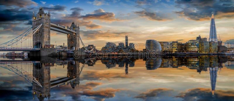 L'horizon moderne de Londres pendant le coucher du soleil, R-U photos stock