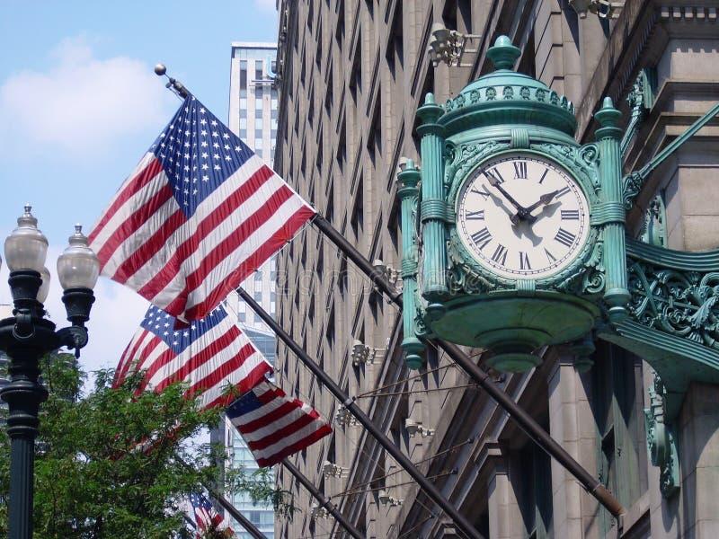 L'horloge et les drapeaux américains de Marshall Field photographie stock