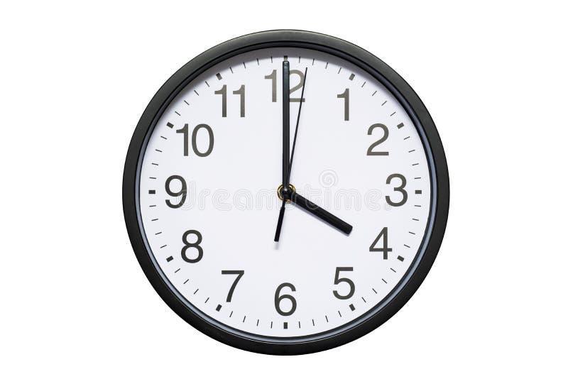L'horloge murale montre à temps 4 heures sur le fond d'isolement blanc Horloge murale ronde - vue de face Seize heures image stock