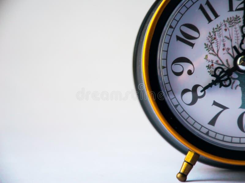 L'horloge noire montre le 8h du matin, réveil photo stock