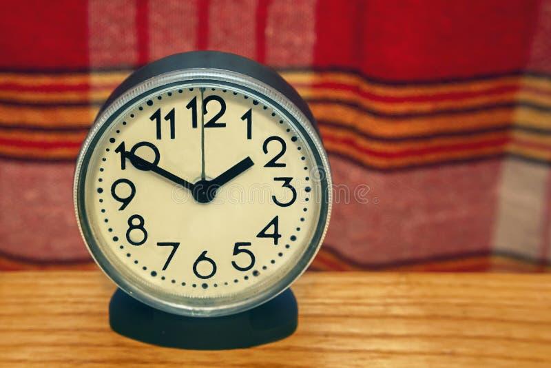 L'horloge qui montre le temps photo stock
