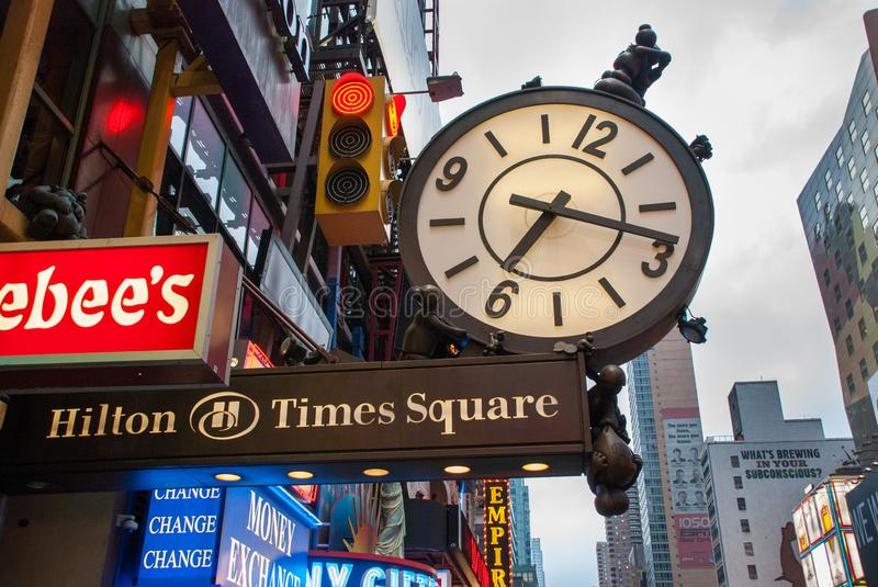 L'horloge sur le bâtiment de Hilton Times Square photo stock