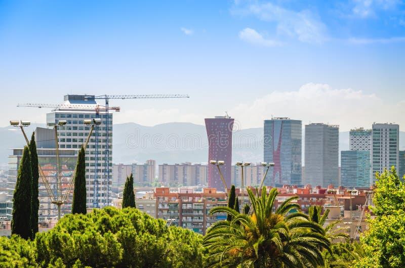 L 'Hospitalet de Llobregat affärsmitt med skyskrapor och kontorsbyggnader royaltyfri foto