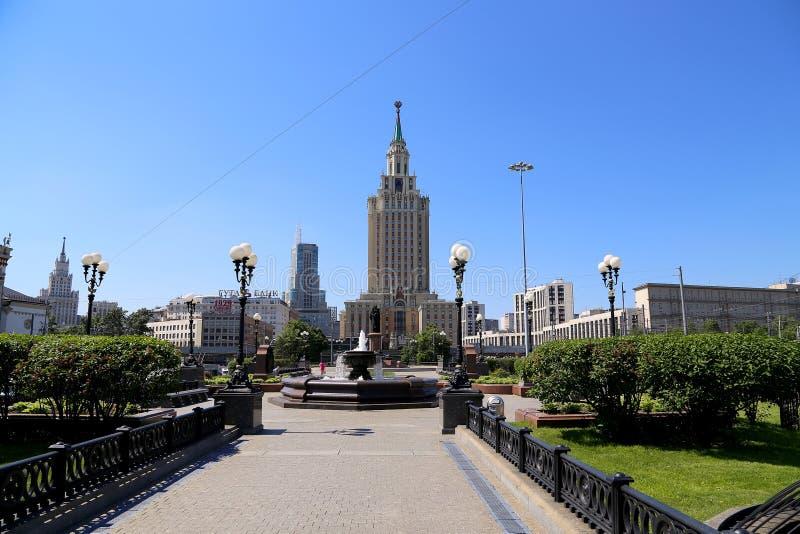 L'hotel Leningradskaya Hilton sul quadrato di Komsomolskaya, è stato costruito nel 1954 Mosca, Russia immagini stock libere da diritti