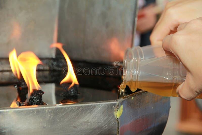 L'huile complètent une lampe pour s'allumer et pour l'usage dans l'encens photo libre de droits
