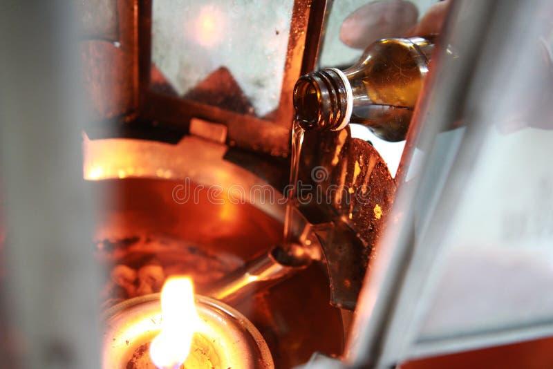 L'huile complètent une lampe pour s'allumer et pour l'usage dans l'encens image libre de droits