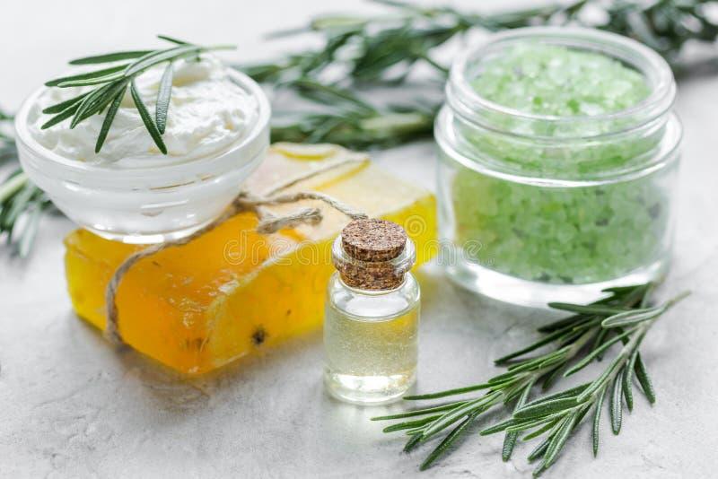 L 39 huile essentielle de rosemary dans la bouteille en verre en cosm tique a plac sur le fond de - La bouteille sur la table ...