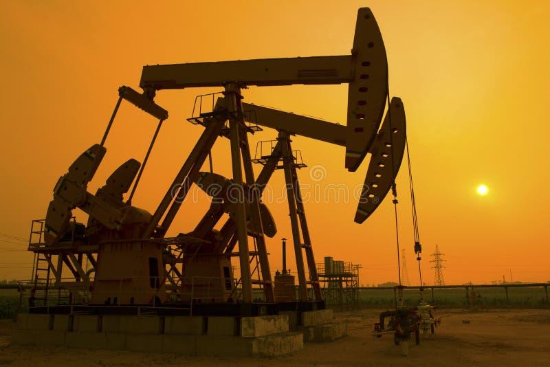 L'huile refoulent le coucher de soleil photos libres de droits